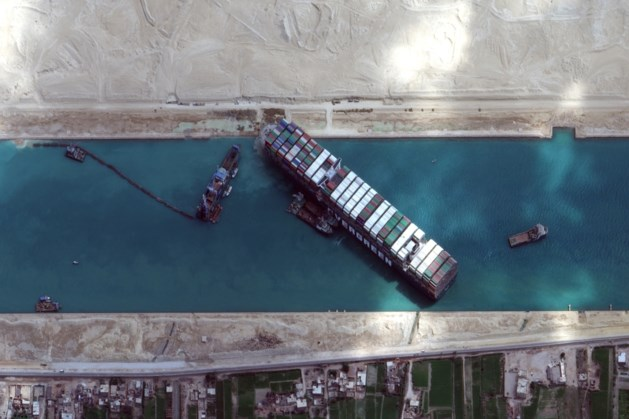 Suezkanaal bekijkt uitbreiding na vastlopen containerschip