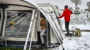 Toeristen in Limburg verrast door sneeuw: 'Het lijkt wel of ik op wintersport ben'