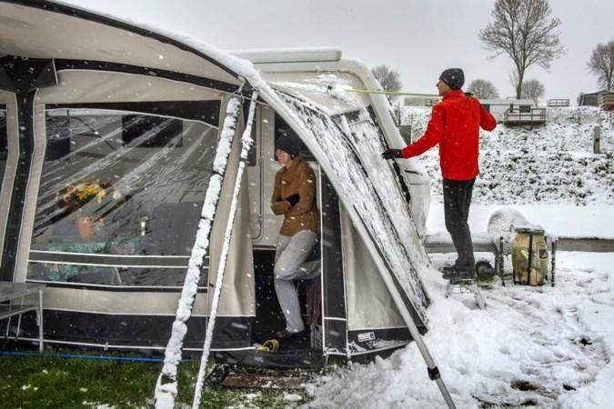 Toeristen in Limburg verrast door sneeuw: 'Pfff...niet normaal. Het lijkt wel of ik op wintersport ben'