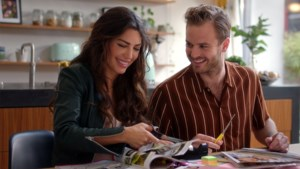 Yolanthe Cabau en Jim Bakkum in liefdeskomedie 'Just say yes': een romantische knipoog naar de regionale tv-wereld