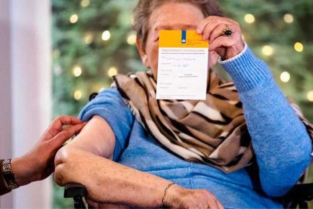 Verpleeghuizen met veel gevaccineerden kunnen versoepelen: 'Knuffel weer mogelijk'