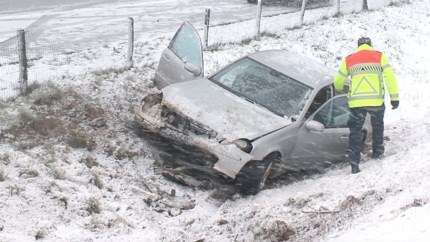 Auto raakt van de weg op A73 bij Maasbracht: bestuurder gewond