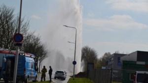 Water spuit metershoog in de lucht na lekkage in Kerkrade