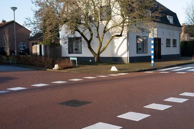Witte blokmarkeringen moeten bestuurders op gelijkwaardige kruispunten in Roerdalen scherp houden