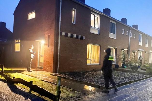 Gewapende politieagenten vallen woning in Reuver binnen