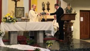 Eeuwenoude Bijbel van oprichter parochie terug in Doenrade
