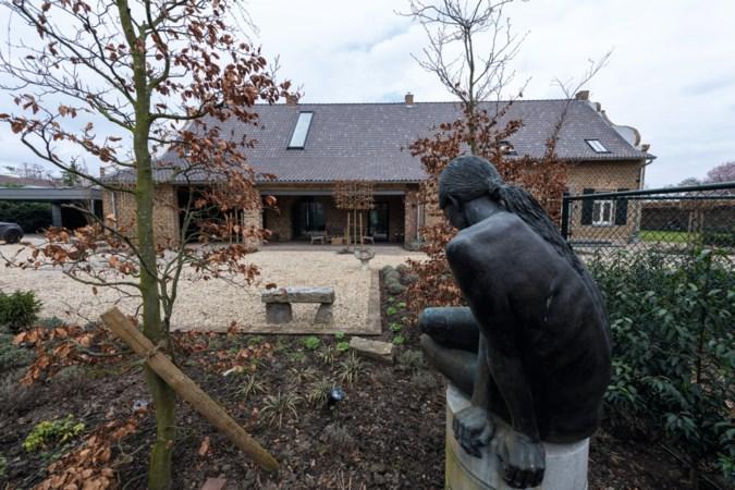 Dat zie je niet zo vaak: deze oude boerderij ligt midden in een woonwijk in Roermond