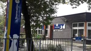 Wethouder Schatorjé deelt boeken uit op basisschool in Tegelen met Jeugdeducatiefonds