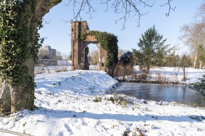 Houten constructie tegen vallende stenen kasteelpoort Weert