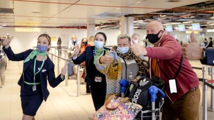 Video: Honderden Nederlanders vertrokken voor proefvakantie in Rhodos: 'Gelijk aan de cocktails!'