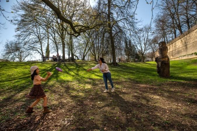 Lekker frisbeeën in het park: moeder en dochter vermaken zich best