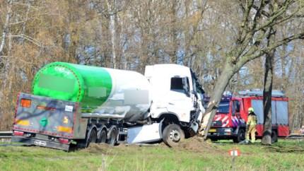 Vrachtwagen met chemische stof botst na aanrijding tegen boom in Meijel: twee gewonden