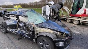 Automobilist raakt gewond bij botsing op A2, voertuigen total loss
