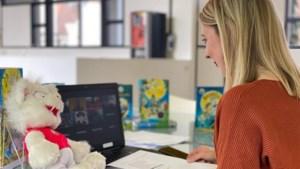Kinderboekenschrijver Paul van Loon 'zoomt' met scholieren uit Venlo: 'Als je leest, hoef je je nooit te vervelen'
