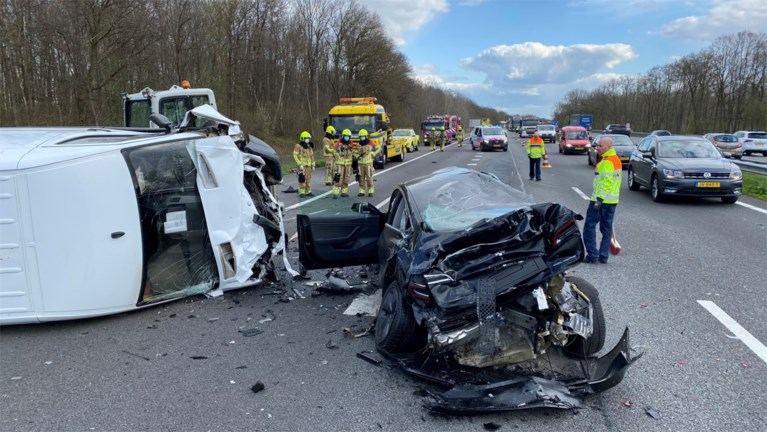 Ravage na botsing op A2 bij Kelpen-Oler, automobilist raakt gewond