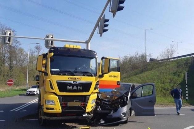 Bestuurder raakt gewond bij botsing tussen auto en vrachtwagen in Maastricht