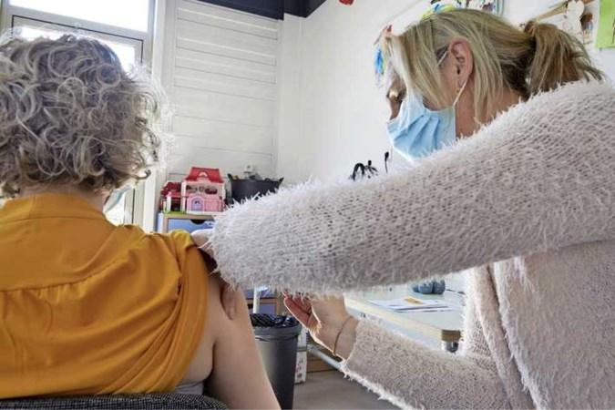 Zorgen bij huisartsen om vaccinatiestrategie: 'Smekende 60-minners mailen me om vaccinatie'