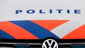 Auto schiet van talud op A73 bij Horst
