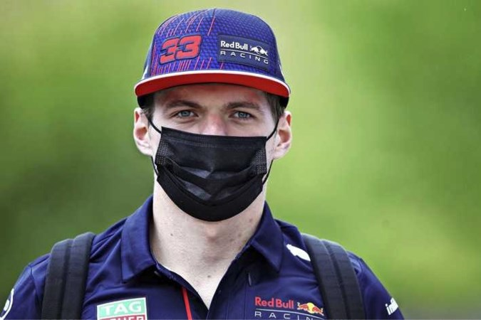 Max Verstappen gaat in gesprek met collega's en wedstrijdleiding