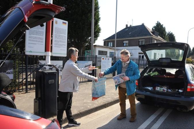 Geen coronatest nodig: Jan (71) uit Tegelen brengt filet americain en de krant naar de grens voor Duitse vriend