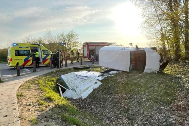 Busje slaat over de kop in Susteren: bestuurder gewond