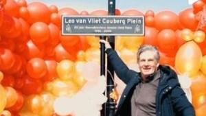 Straatnaambordje en muurschildering voor koersdirecteur Leo van Vliet Amstel Gold Race