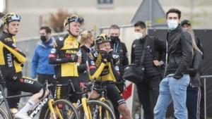 Tom Dumoulin komt ploegmaats van Jumbo-Visma begroeten in de Amstel Gold Race