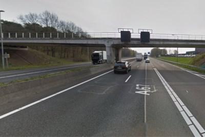 Zonnende man uit berm langs A67 bij Venlo geplukt