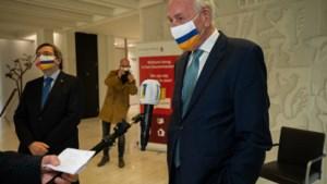 Theo Bovens eert met laatste Gouverneurspenning alle Limburgers die coronacrisis helpen verlichten