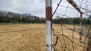 Meer ruimte voor sporten in het zand in Stein, extra veld en tribune