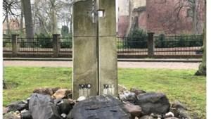 Vandalen vernielen oorlogsmonument in Horn en halen tekst van plaquette
