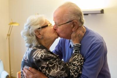 Jan (88) en Truus (87) zijn bevrijd van coronagijzeling: 'Stiekem kusjes geven hoeft niet meer'