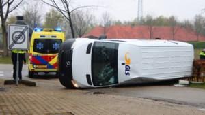 Bezorgbus op zijn kant na ongeluk in Kessel