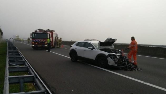 Auto ziet door mist vrachtwagen op A73 niet en botst: een gewonde