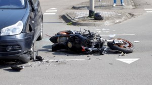 Motorrijder ernstig gewond na aanrijding met auto in Molenhoek