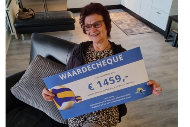 Volleybalclub ADC verrast kasteleinse sportcafé in Urmond wederom met cheque