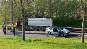 Auto knalt op vrachtwagen in Maastricht: een zwaargewonde