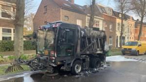 Veegwagen Maastricht brandt uit, oorzaak onbekend