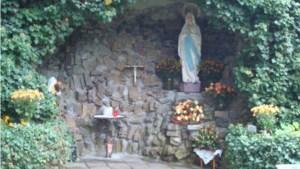 Hele meimaand rozenkrans bidden in Lourdesgrot bij klooster in Venray