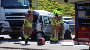 Automobilist bekneld na aanrijding met vrachtauto op A73: traumahelikopter geland