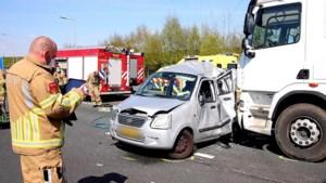 Automobilist bekneld na aanrijding met vrachtauto op A73: traumaheli geland