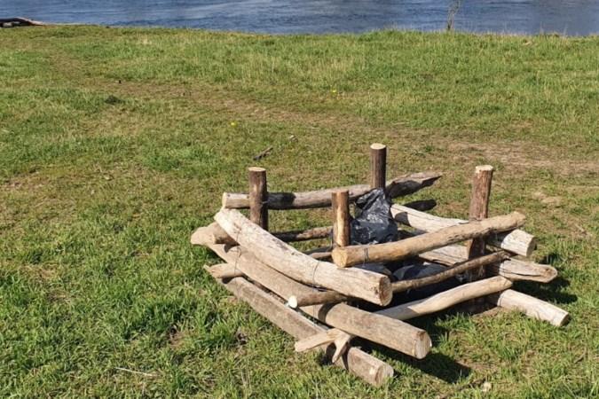 Kratten voor zwerfvuil geplaatst langs Grensmaas bij Berg
