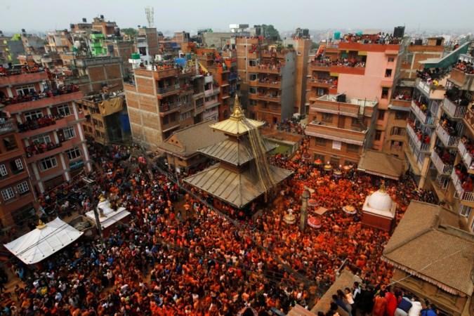 Hindoes vieren nieuwjaar en smeren elkaar in met oranje poeder