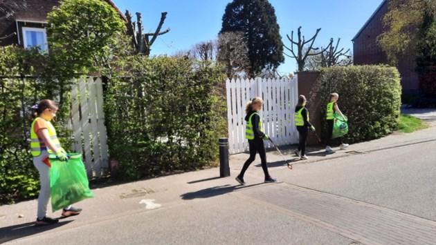 Basisschoolkinderen in Neeritter ruimen zwerfafval op in kader van Koningsdag