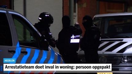 Video: Arrestatieteam doet inval in woning Heerlen: persoon opgepakt