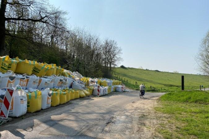 Bigbags die maanden na calamiteit nog steeds tegen dijk in Urmond staan pas weg na afronding werkzaamheden kanaal