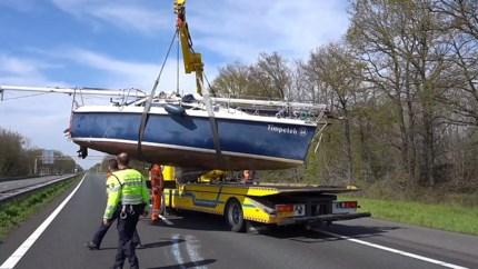 Video: Verbazing bij automobilisten: een boot op de snelweg