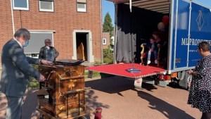 Burgemeester van Stein neemt echtgenoot en diens draaiorgel mee tijdens lintjesregen in haar gemeente