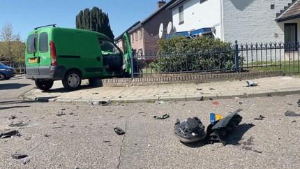 Bestelbusje belandt in voortuin na ongeluk: twee gewonden