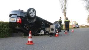 Auto slaat over de kop: bestuurder gewond afgevoerd